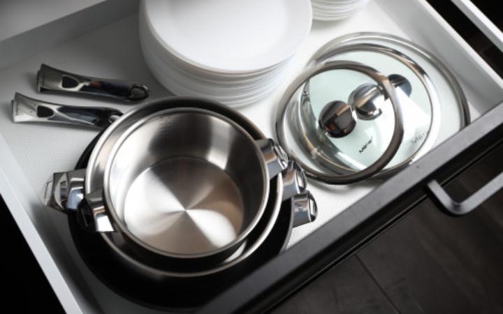 Ontwerp stapelbare serie pannen met afneembaar handvat
