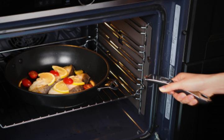 Ontwerp serie pannen met afneembaar handvat die ook geschikt is voor de oven
